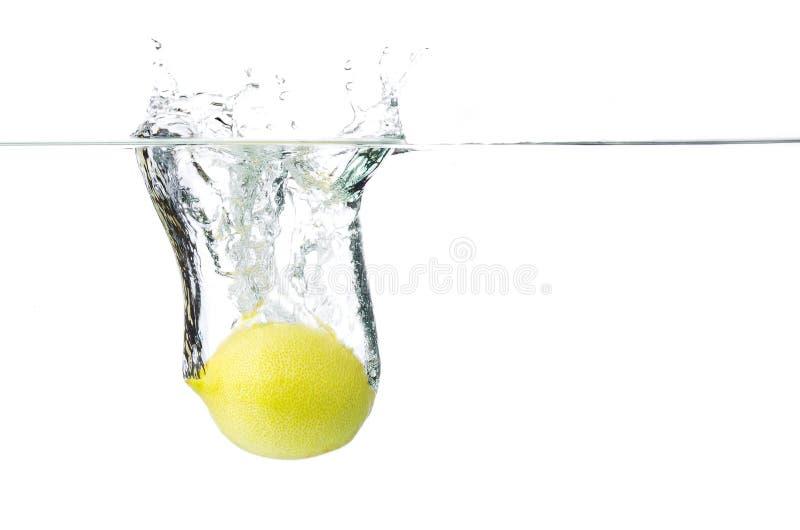 Limão na água imagem de stock royalty free