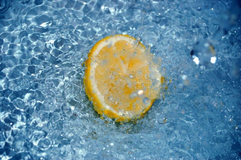 Limão na água #4 fotografia de stock royalty free