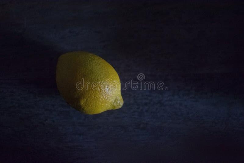 Limão na escuridão com claro-escuro foto de stock royalty free