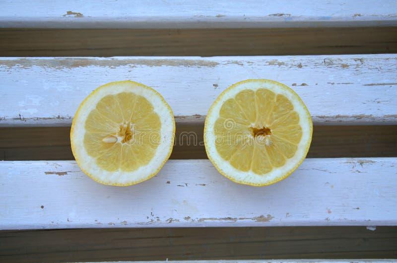 Limão na superfície de madeira imagem de stock royalty free