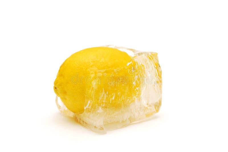 Limão no gelo imagens de stock royalty free