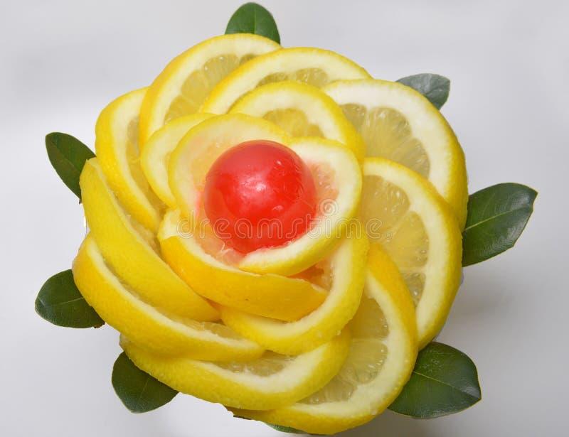 Limón amarillo de las rebanadas de la rebanada y caramelo rojo en el centro fotos de archivo libres de regalías