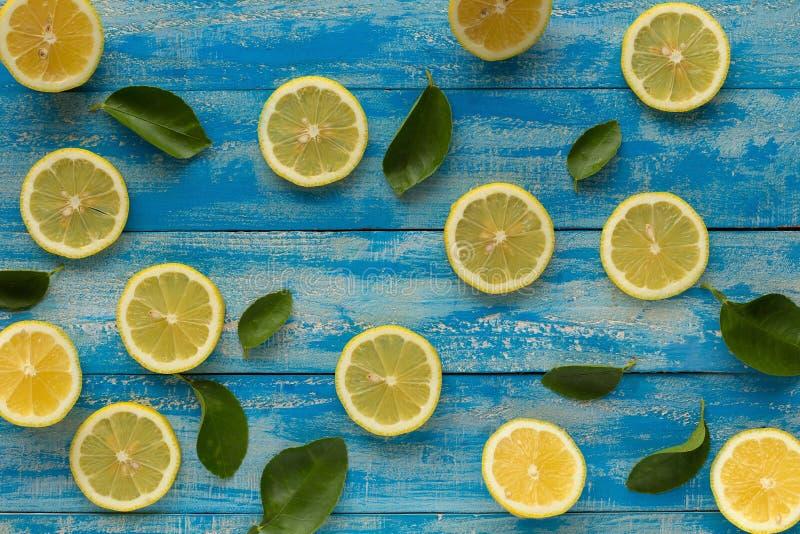 Limón amarillo en un fondo de madera azul Visión superior imagen de archivo libre de regalías