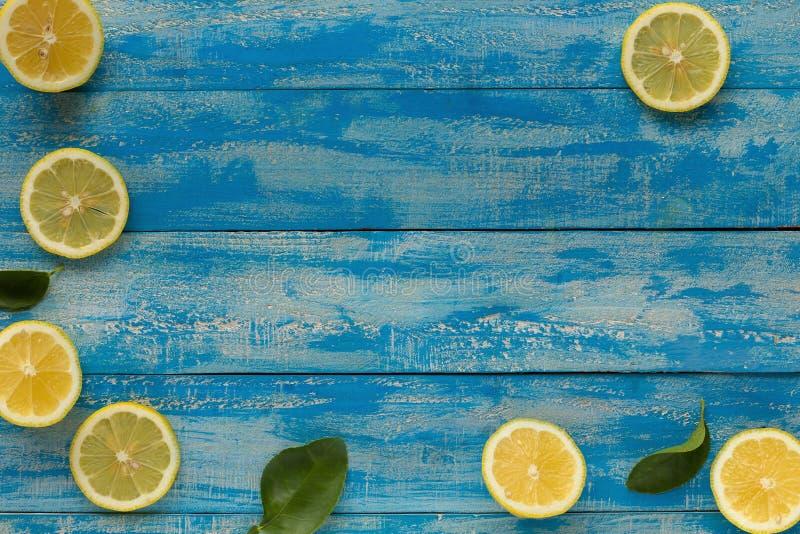 Limón amarillo en un fondo de madera azul Visión superior fotografía de archivo libre de regalías