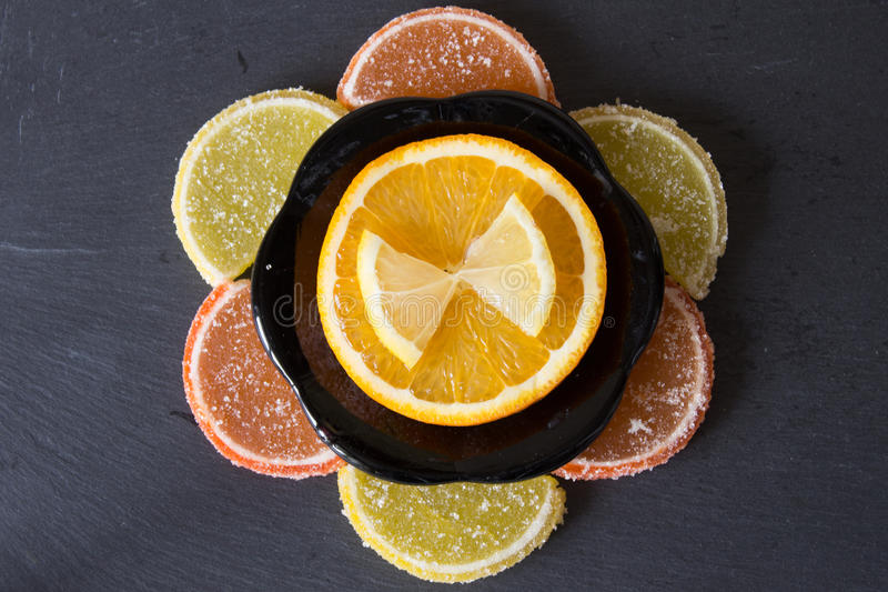 Limón colorido de la mermelada y pedazos anaranjados con el azúcar y cortados imagen de archivo