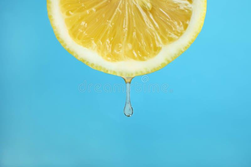 Limón con un descenso foto de archivo