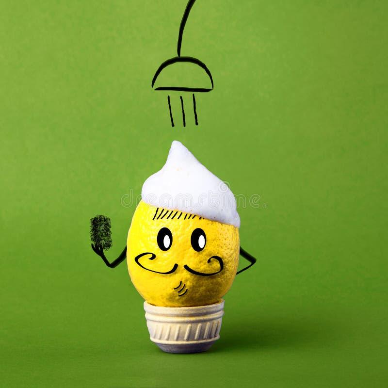 Limón de la fruta en jabón debajo del agua, idea creativa del environmentall foto de archivo
