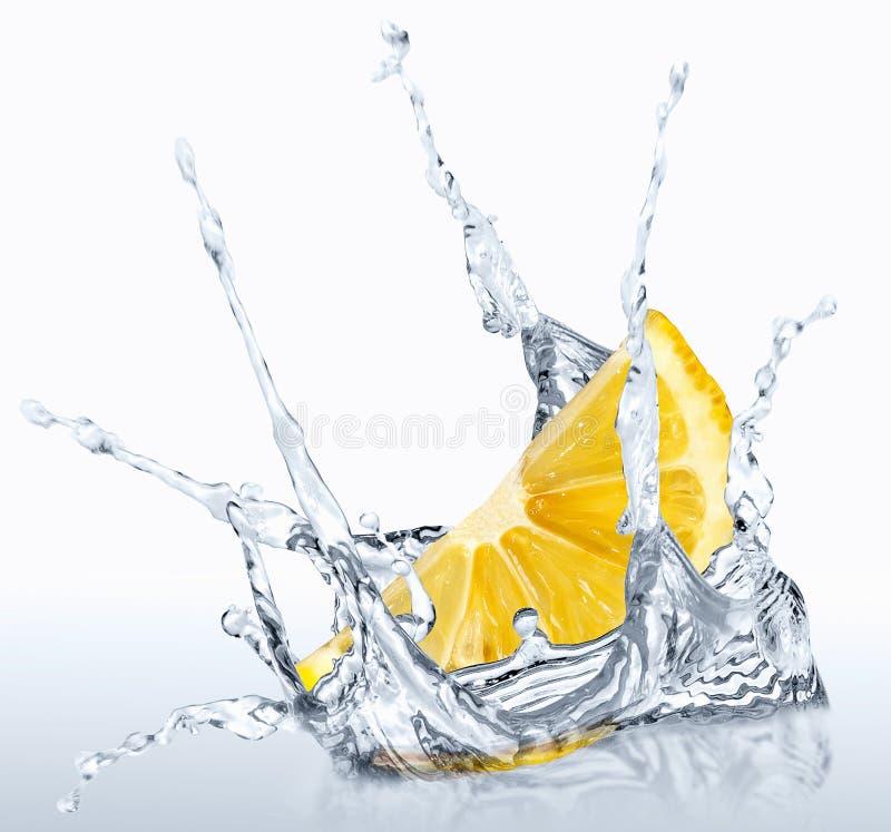 Limón en chapoteo del agua imagenes de archivo
