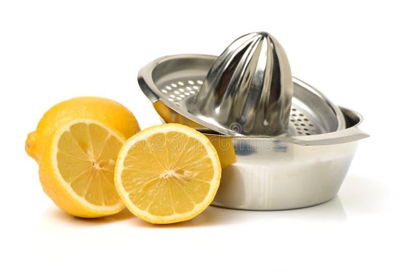 Limón en el juicer de la fruta cítrica fotografía de archivo libre de regalías