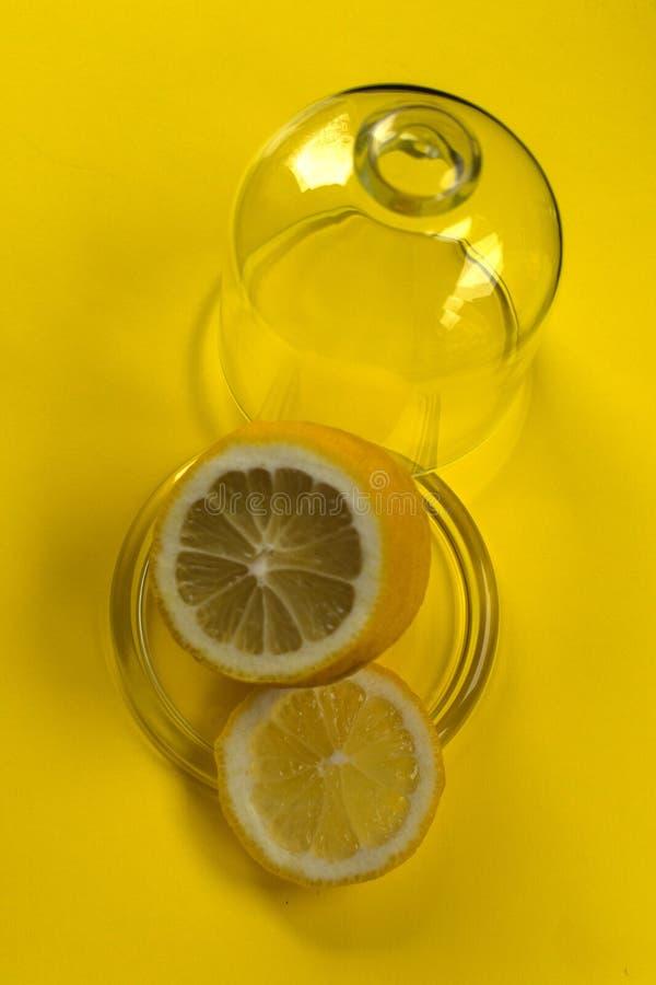 limón en el limnitsa de cristal en fondo amarillo imagen de archivo libre de regalías
