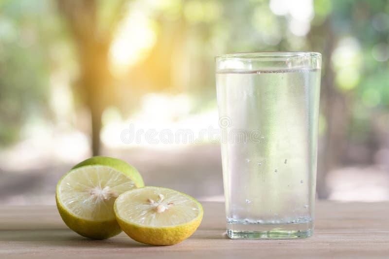 Limón fresco de la soda en un vidrio con las rebanadas del limón Jugo de limón de la soda foto de archivo