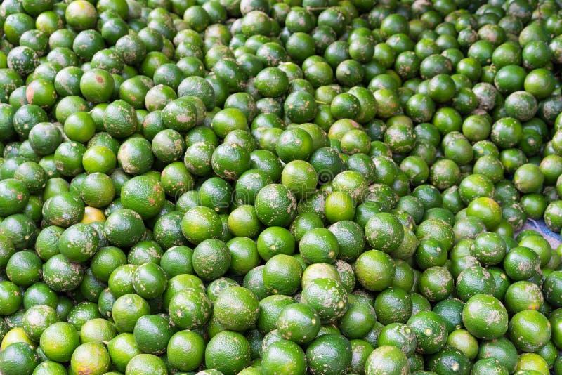 Limón, fruta tropical exhibida en la mercado de la fruta de Vinh Long, delta del Mekong La mayoría de frutas del ` s de Vietnam v fotos de archivo libres de regalías