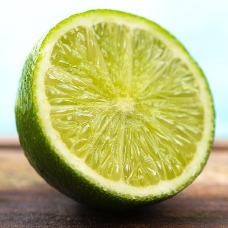 Limón a medias verde imagenes de archivo