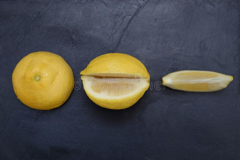 Limón natural cortado fotos de archivo