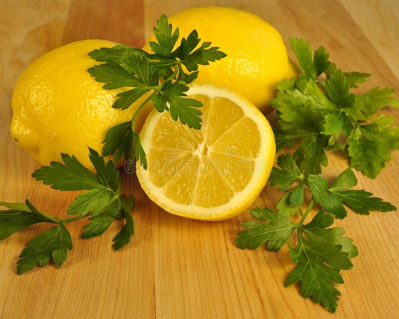 Limón rebanado fresco y perejil verde. imágenes de archivo libres de regalías