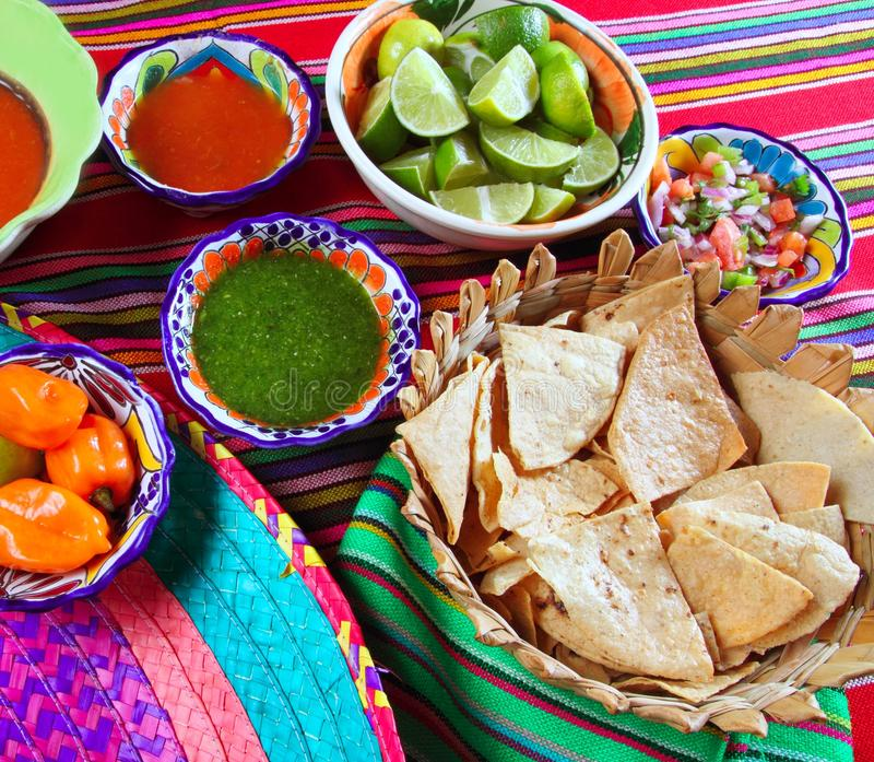Limón variado de los nachos de las salsas de chile del alimento mexicano fotografía de archivo