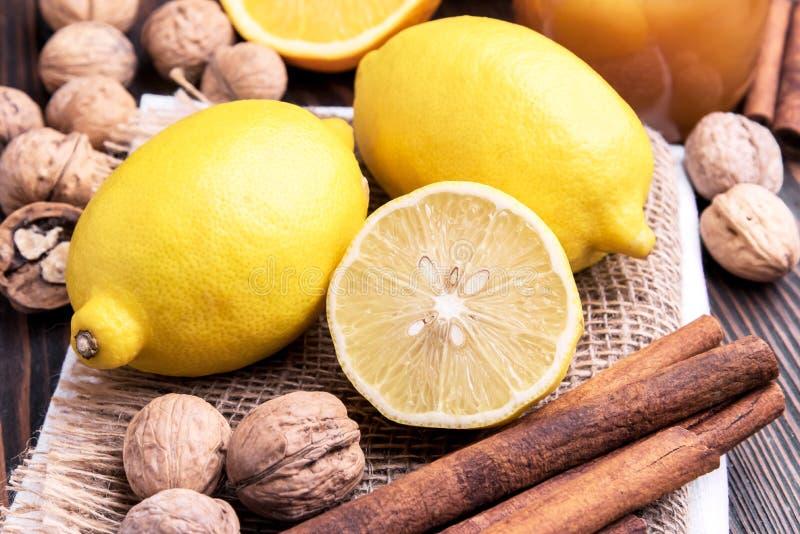 Limón y cinamomo imagenes de archivo