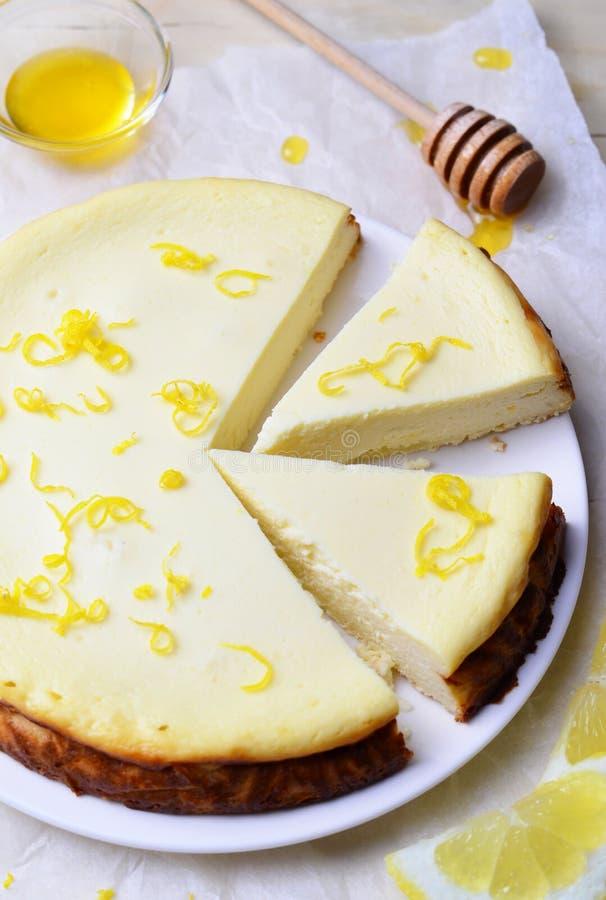 Limón y Honey Cheesecake fotografía de archivo libre de regalías