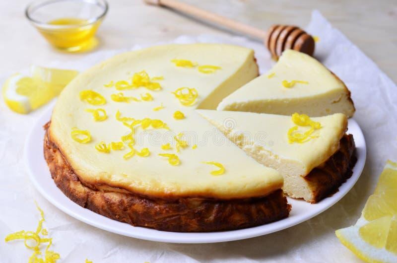Limón y Honey Cheesecake fotos de archivo libres de regalías