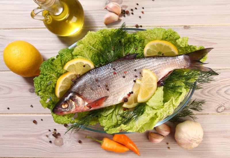 Limón y pescados foto de archivo