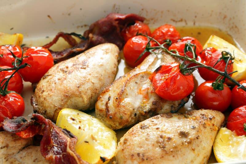 Limón y tomates cocidos del pollo imagenes de archivo