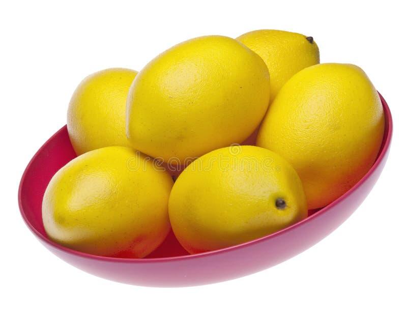 Limões amarelos vibrantes em uma bacia cor-de-rosa imagens de stock