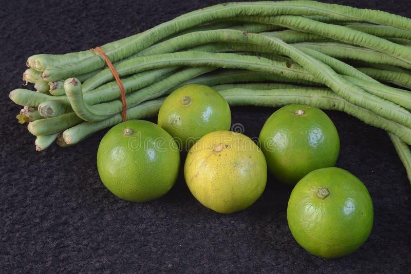 Limões e feijões longos fotos de stock royalty free