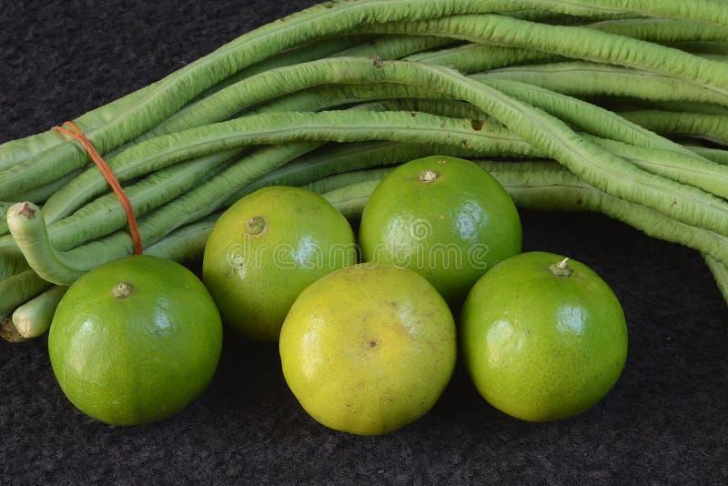 Limões e feijões longos imagem de stock royalty free