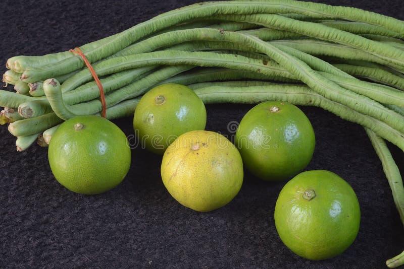 Limões e feijões longos fotografia de stock royalty free