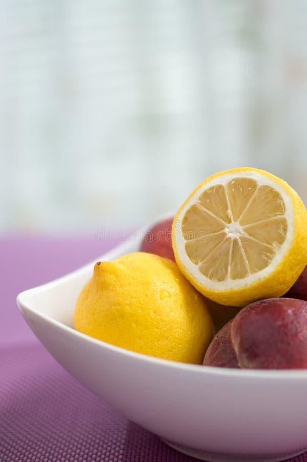 Limões e pêssegos na bacia fotos de stock royalty free