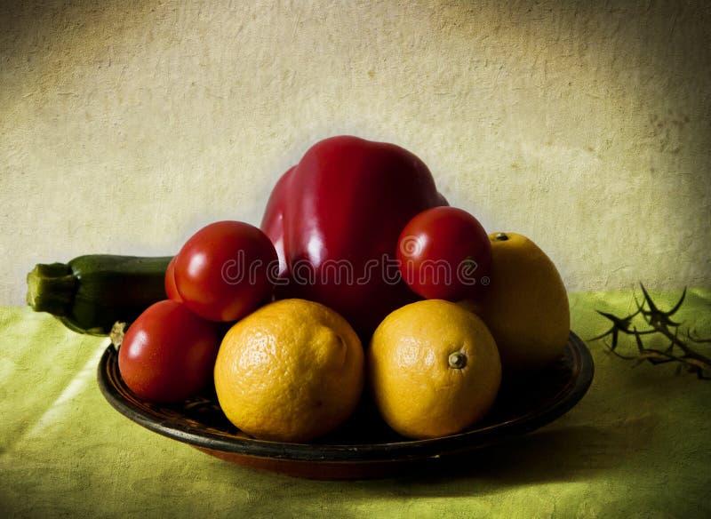 Limões e vegetais no claro-escuro fotografia de stock royalty free