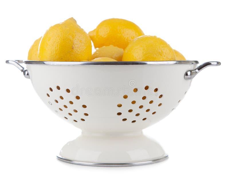 Limões em um escorredor imagens de stock royalty free