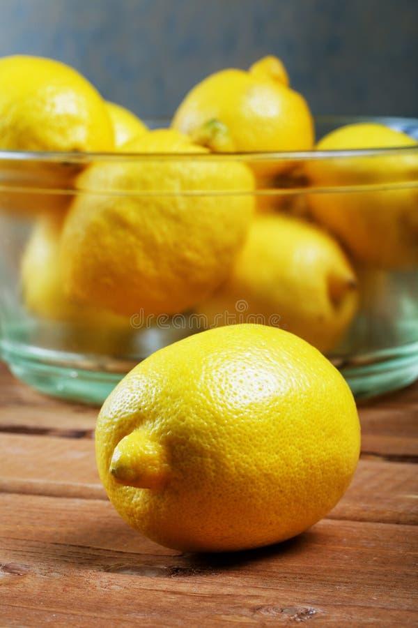 Limões em uma placa de vidro imagens de stock royalty free