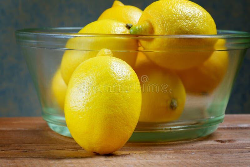 Limões em uma placa de vidro fotos de stock