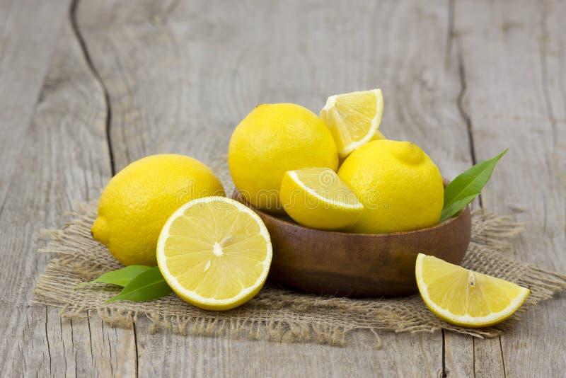 Limões frescos em uma bacia fotos de stock