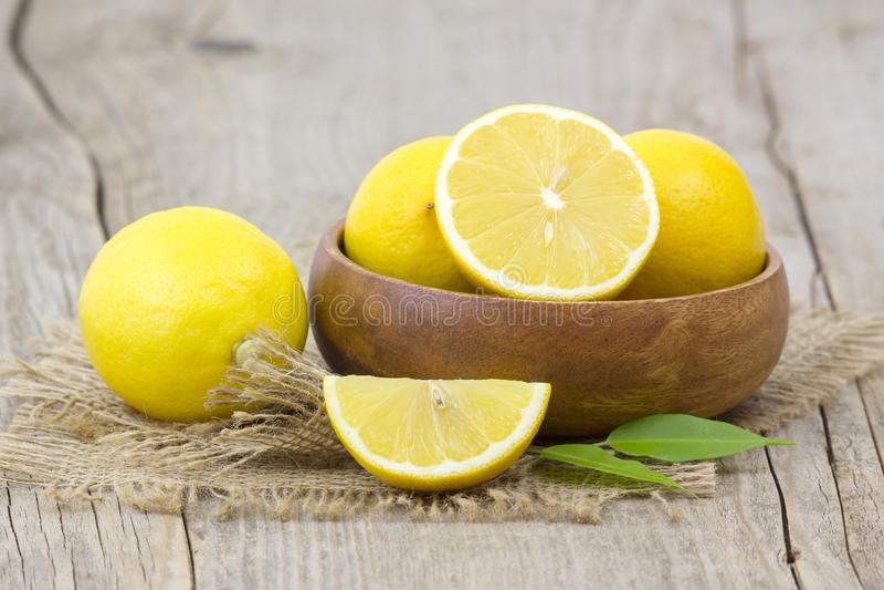 Limões frescos em uma bacia imagens de stock royalty free