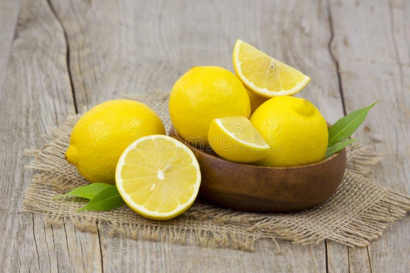 Limões frescos em uma bacia imagem de stock royalty free