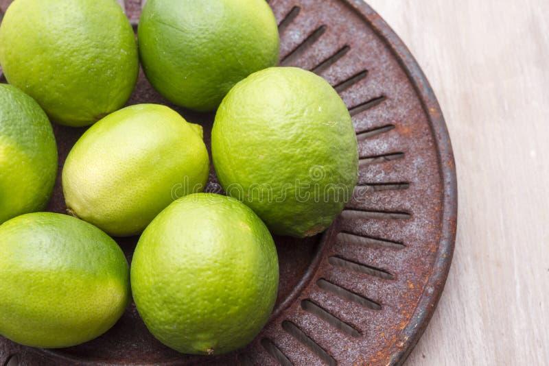 Limões frescos na bacia na tabela fotos de stock