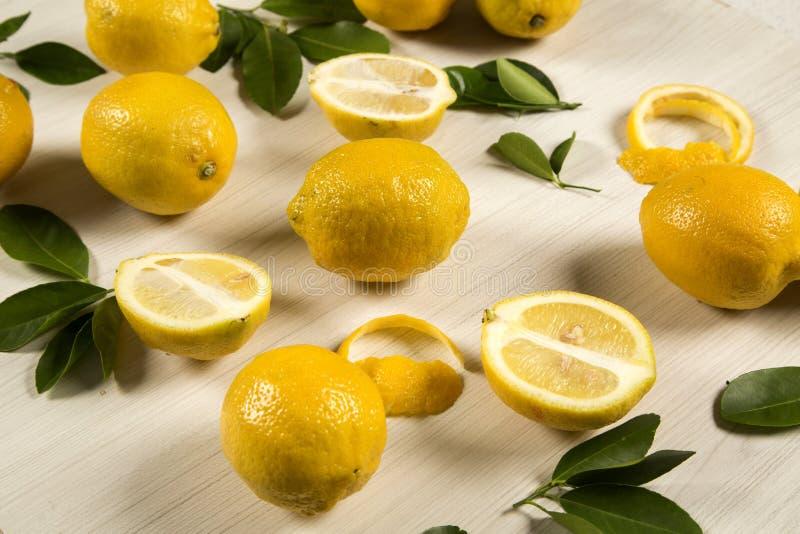 Limões frescos na tabela de madeira branca, vista superior imagem de stock