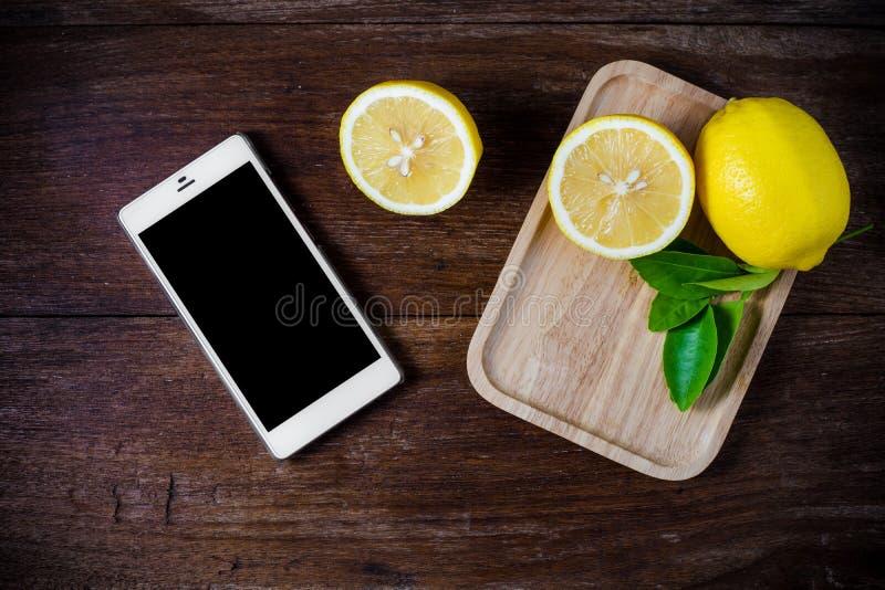 Limões frescos no fundo de madeira foto de stock royalty free