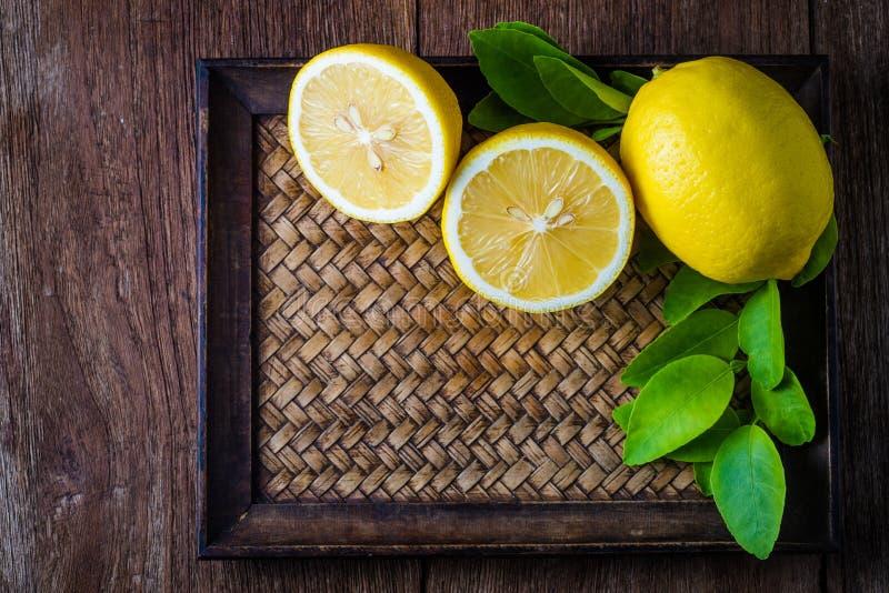 Limões frescos no fundo de madeira imagens de stock