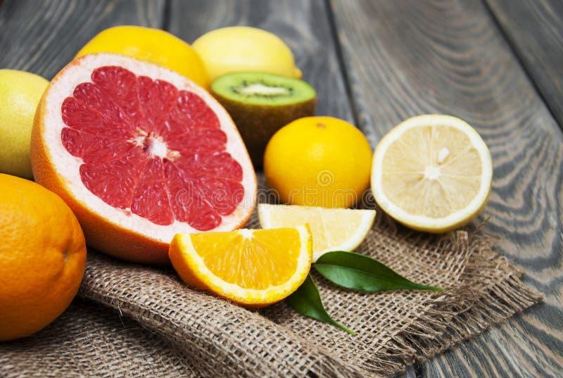 Limões, laranjas e cais imagens de stock royalty free