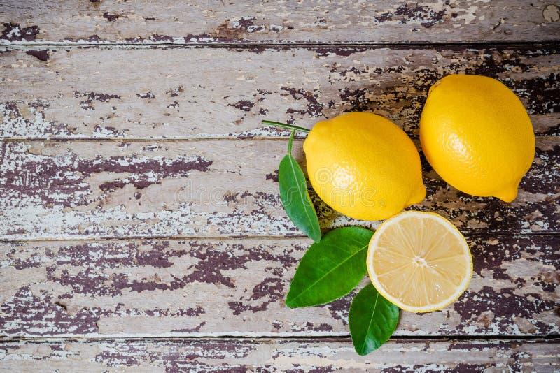 Limões maduros frescos na tabela de madeira imagens de stock