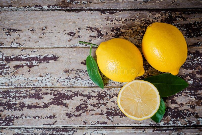 Limões maduros frescos na tabela de madeira fotografia de stock