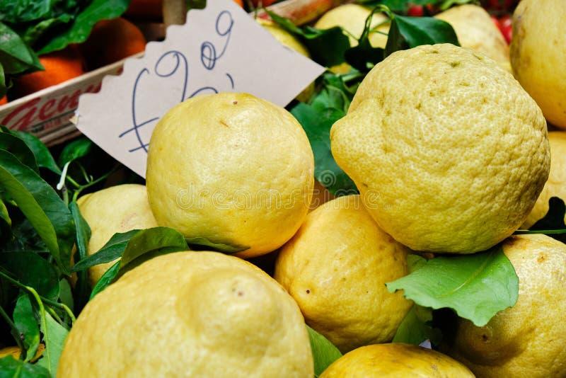Limões na rua Markt em Sorrento, Itália fotografia de stock