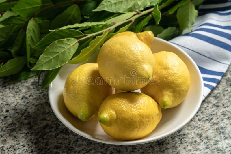 Limões orgânicos frescos em uma bacia imagens de stock royalty free