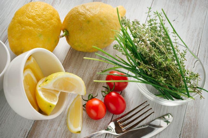 Limões, tomates e ervas foto de stock royalty free