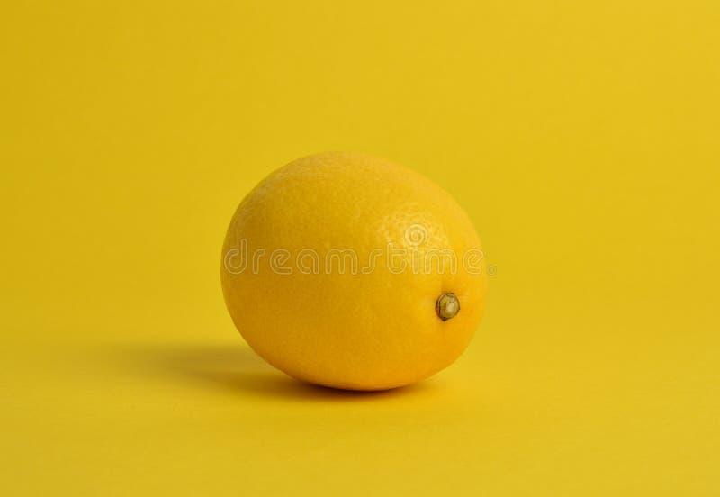 Lim?o no fundo amarelo fotos de stock royalty free