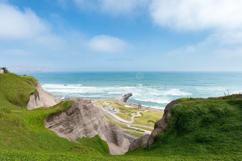 lima Перу Ландшафт от Miraflores Океан Южной части Тихого океана в предпосылке стоковое изображение rf