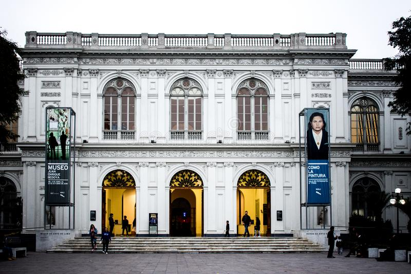 Lima Art Museum mit zwei Anzeigen lizenzfreies stockbild